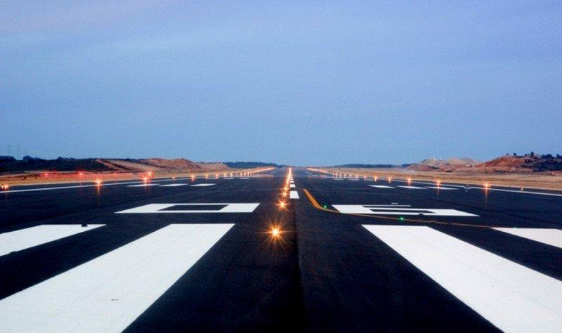 La pista del Aeropuerto ha sido estrenada este lunes por una avioneta en vuelo de prueba.