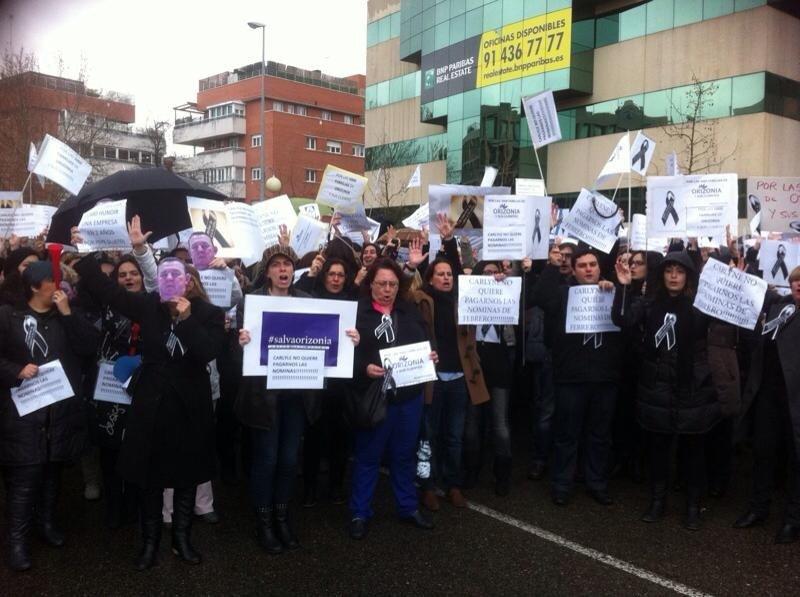 Empleados de Orizonia ante la sede del grupo en Alcobendas (Madrid).