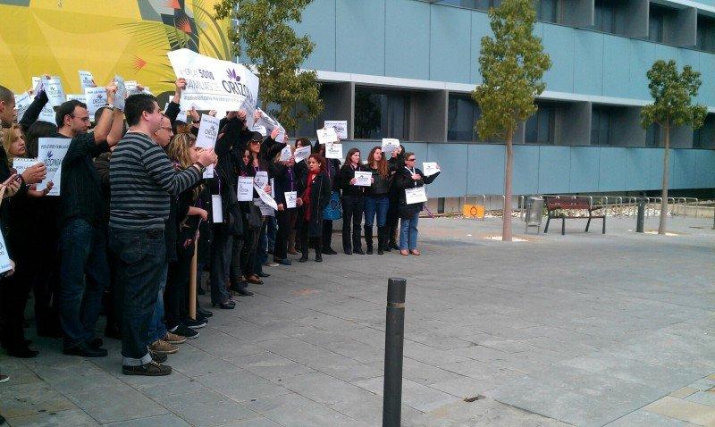 Orizonia: muerte de un gigante. Trabajadores protestando ante la sede de Palma. Foto: Yanisleydis Hernández.