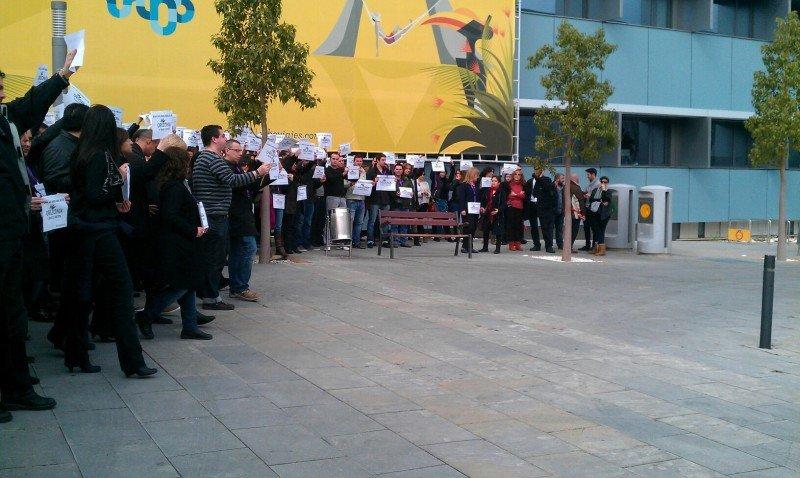 Empleados de Orizonia, ante la sede del grupo, en Madrid.