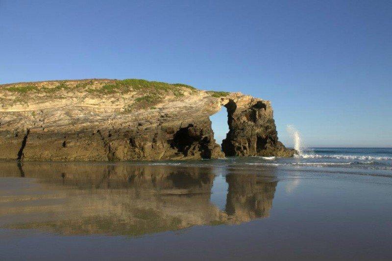 La playa de Las Catedrales, en Ribadeo, es la segunda mejor de Europa, según los premios Travellers' Choice de TripAdvisor.