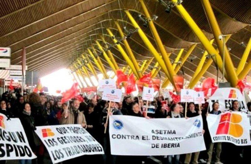 El desmantelamiento de Iberia pone en juego los intereses de España, ya que es la única compañía española que puede garantizar su posición estratégica, según sus trabajadores. (Foto de archivo).