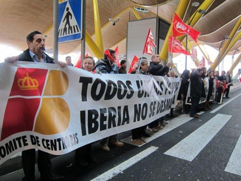 Los empleados de Iberia volverán a concentrarse hoy en todos los aeropuertos al mediodía.