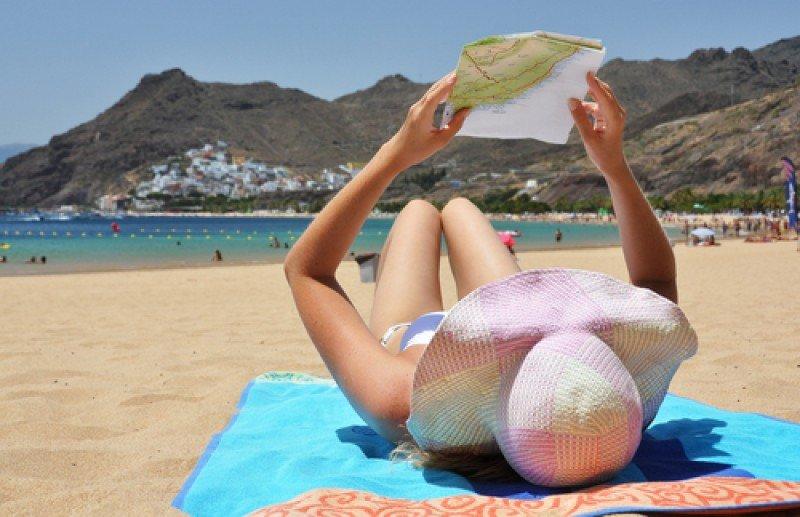Una turista en la playa de las Teresitas, Tenerife. #shu#