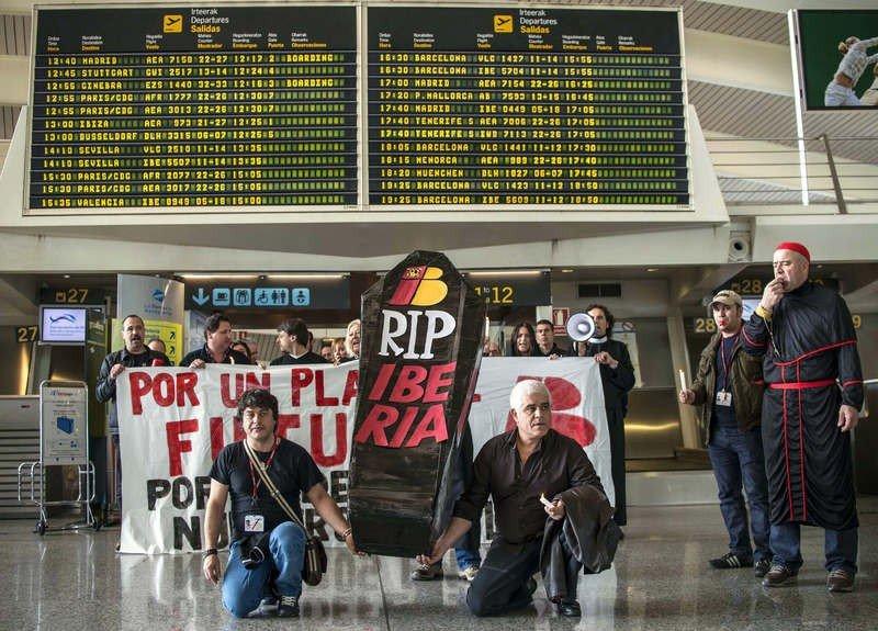 Iberia muere lentamente bajo los focos y una indignación en aumento.