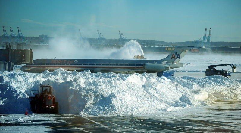 (Foto de archivo) Operarios limpian con máquinas quitanieves el Aeropuerto de Nueva York JFK, en una anterior tormenta de nieve.