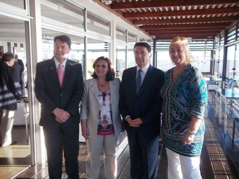 Carlos Vogeler junto a Ana Olivera (intendenta de Montevideo), Taleb Rifai y Liliam Kechichián