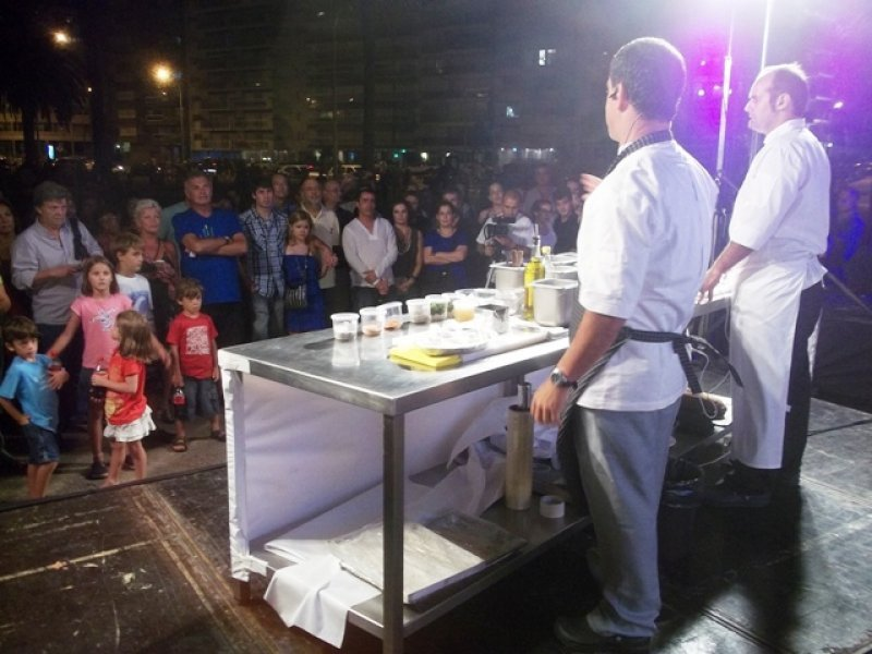 Demostración de cocina típica al aire libre a cargo de experimentados chefs