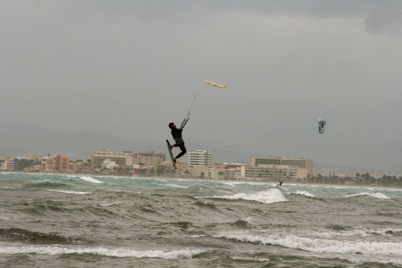 En el Club Náutico Arenal también se puede practicar kitesurf. (Fotografía de Tomeu Bibiloni).
