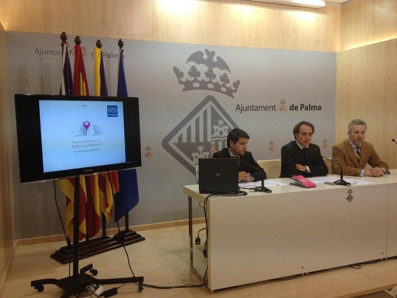 El teniente de alcalde de Turismo, Álvaro Gijón, con el director general del área, Javier Bonet, y el gerente de la Fundación, Pedro Homar, en la presentación de las iniciativas.