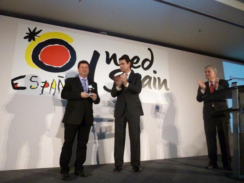 Manuel Molina Lozano recibe el premio entregado por el Gobierno español en presencia del ministro José Manuel Soria y del director de la OET de Berlín, Arturo Claver.