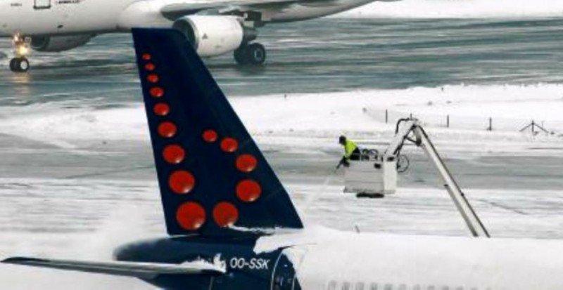 Proceso de deshiele de un avión de Brussels Airlines en el Aeropuerto de Bruselas (foto de archivo).