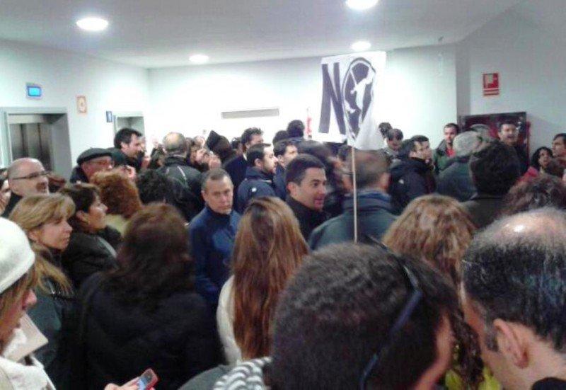 Trabajadores de Iberia protestando a las puertas del salón de reuniones en la UAM, en contra de la firma del acuerdo.