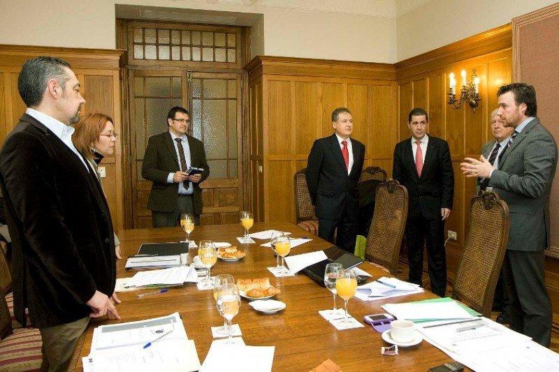 Arasti conversa con técnicos de España Verde. Foto: Lara Revilla.
