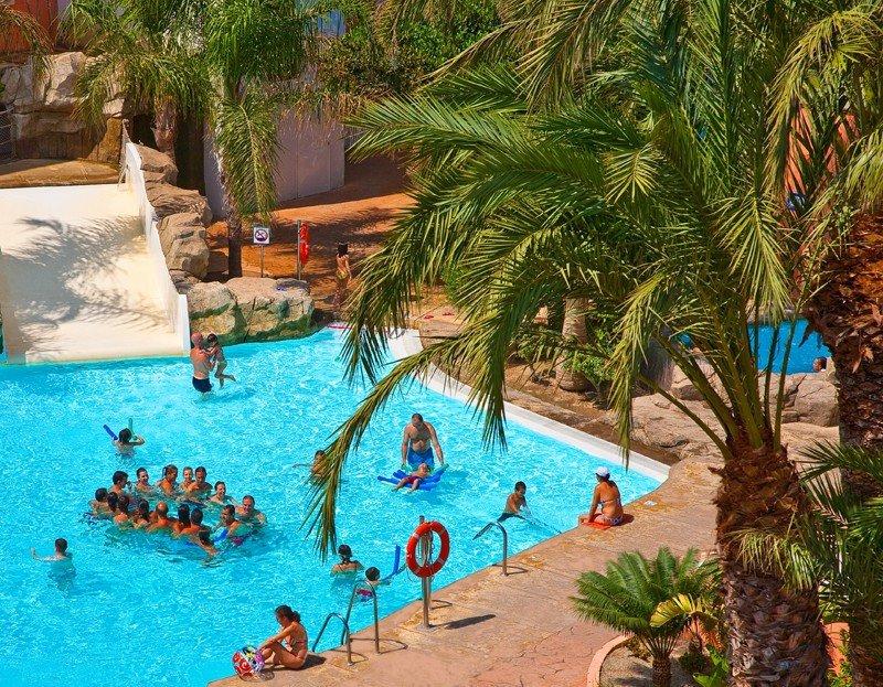 Los Diverhoteles, como el de Roquetas, disponen de piscinas tematizadas con toboganes, jacuzzis y láminas de agua muy superiores a lo habitual.