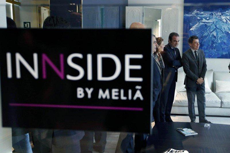 El presidente madrileño, Ignacio González, acompañado por Gabriel Escarrer, vicepresidente y consejero delegado de Meliá Hotels International, en la inauguración del Innside Madrid Génova.