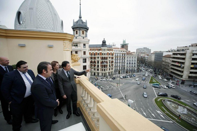 González y Escarrer contemplando las vistas de la plaza de Alonso Martínez desde la azotea del hotel.