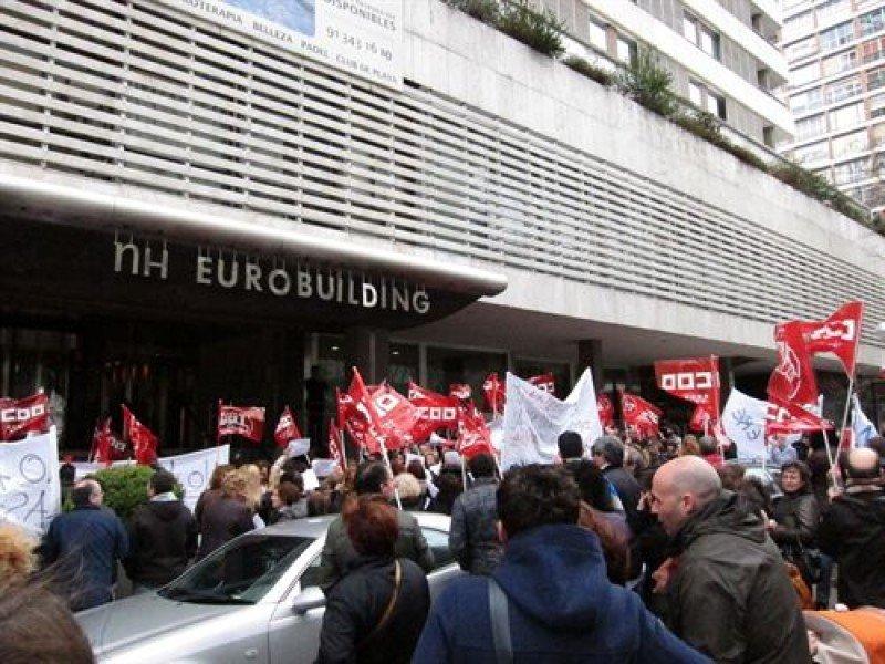 Entre 150 y 300 trabajadores de la cadena se concentraron este lunes ante el NH Eurobuilding en protesta por el ERE.
