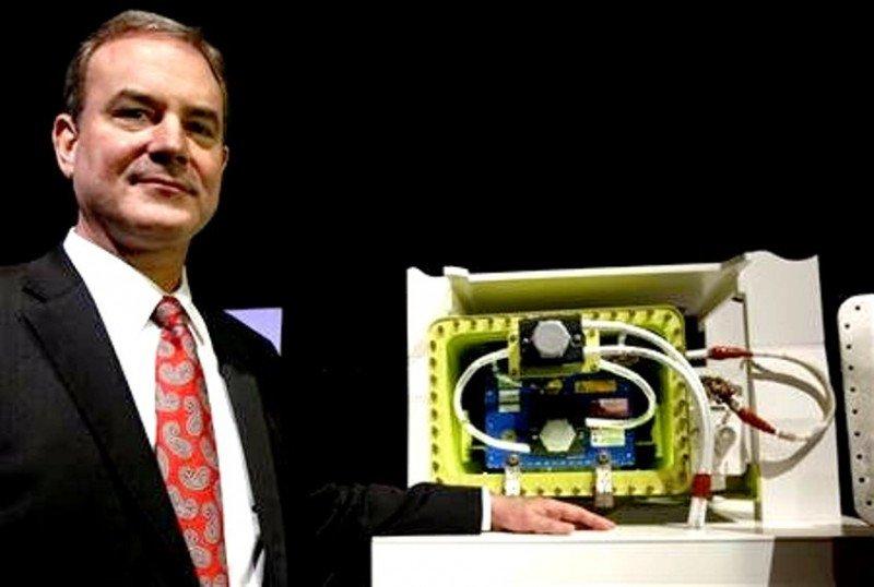 El VP de Boeing Comercial e ingeniero jefe de proyecto 787, Mike Sinnett, cuando mostró en Japón, a mediados de marzo, las mejoras realizadas al sistema de baterías del B787.
