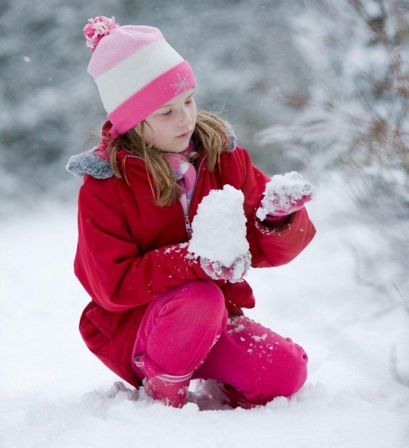 Una niña británica juega con la nieve. #shu#