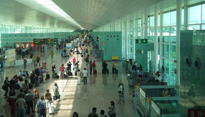 Pasajeros en la T1 del aeropuerto de Barcelona.