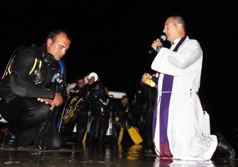 El Via Crucis submarino es la atracción de Semana Santa en la ciudad.