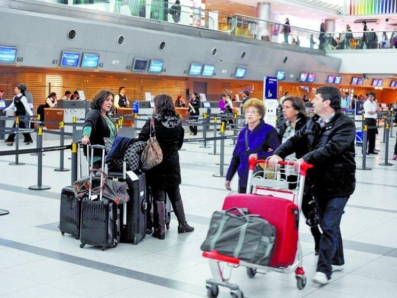 Agencias extranjeras reducen sus reservas aéreas hacia Argentina.
