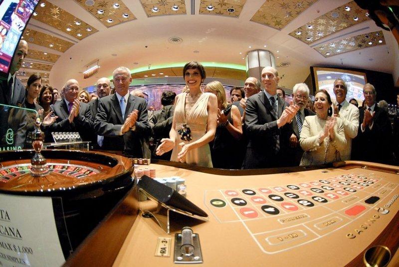 La comunicadora Clara Berenbau inauguró el casino tirando la primera bola en una de las mesas de ruleta