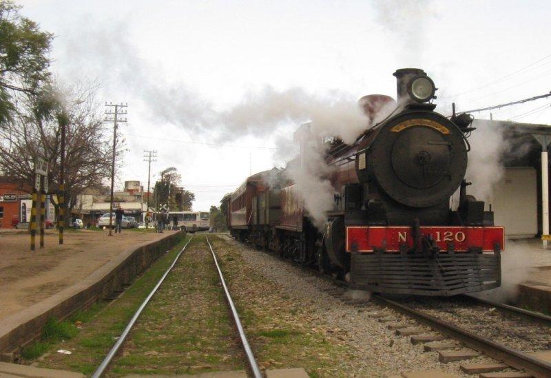 Montevideo ofrece paseos en un tren a vapor rehabilitado por aficionados y coleccionistas