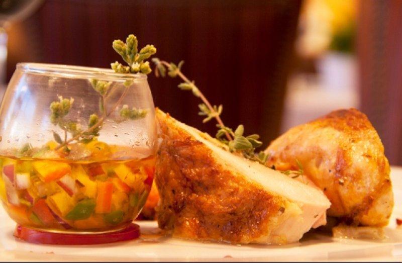 La receta ganadora del concurso: costillas de cordero marinadas en miel y vino blanco, puré de calabaza y boniato asado especiado, rabanitos encurtidos y emulsión de chimichurri ahumado.