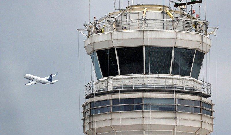 Los pilotos deberán coordinar entre ellos los aterrizajes y despegues por radio