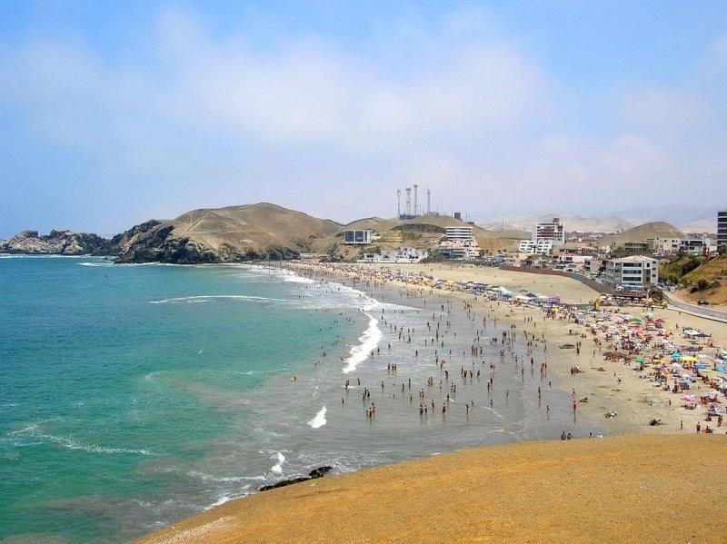 Playas de los balnearios peruanos atraen a un buen número de visitantes en Semana Santa