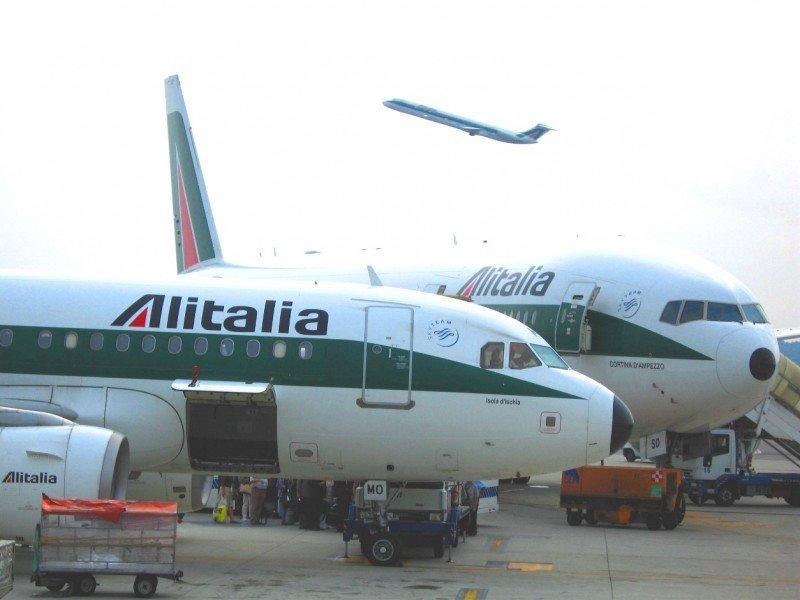 """El DOT multa a Alitalia con casi 100.000 € """"por engañar a los pasajeros""""."""