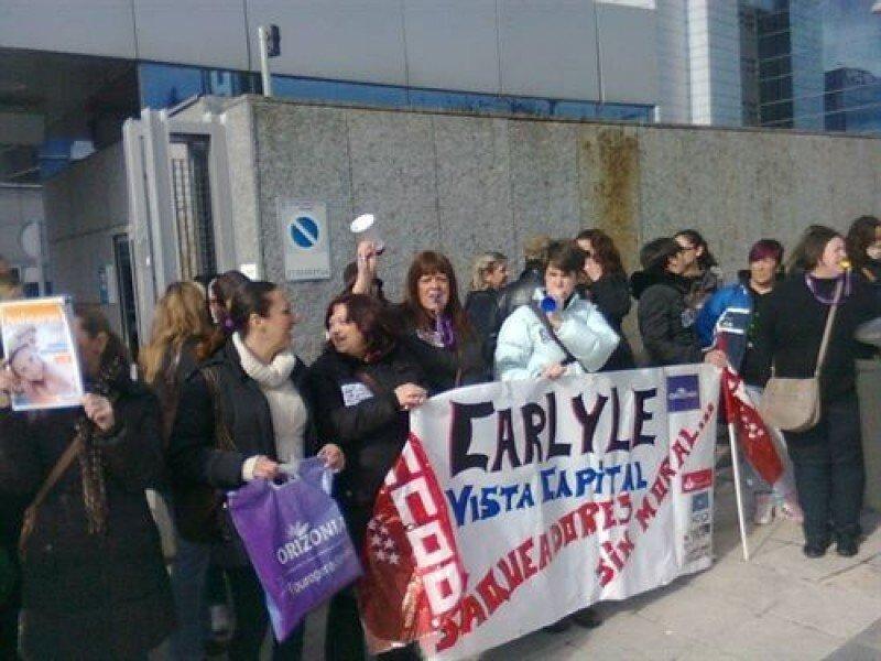 Trabajadores de Orizonia ante la sede de  Carlyle, en Barcelona.