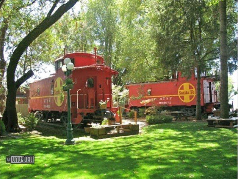 Locomotoras de tren que ahora sirven como habitaciones de hotel, en Featherbed Railroad, cerca de San Francisco, EEUU.