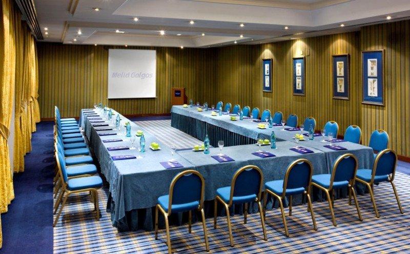 Salón de reuniones del Meliá Galgos.