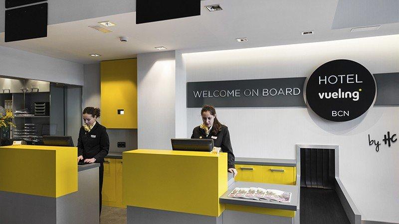 Recepción del Vueling BCN by HC, inspirada en los mostradores de facturación del aeropuerto.