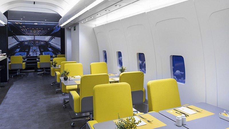 El bar del hotel recuerda la cabina de un avión.