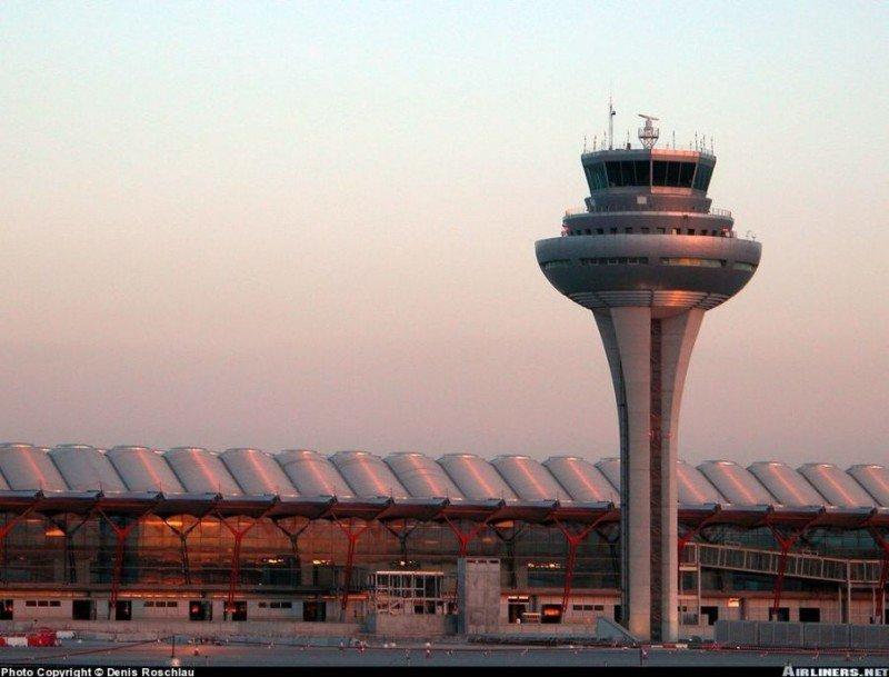 El tráfico aéreo está a niveles de 2005 y en Madrid-Barajas como en 2001 (Foto: torre de control del aeropuerto madrileño).