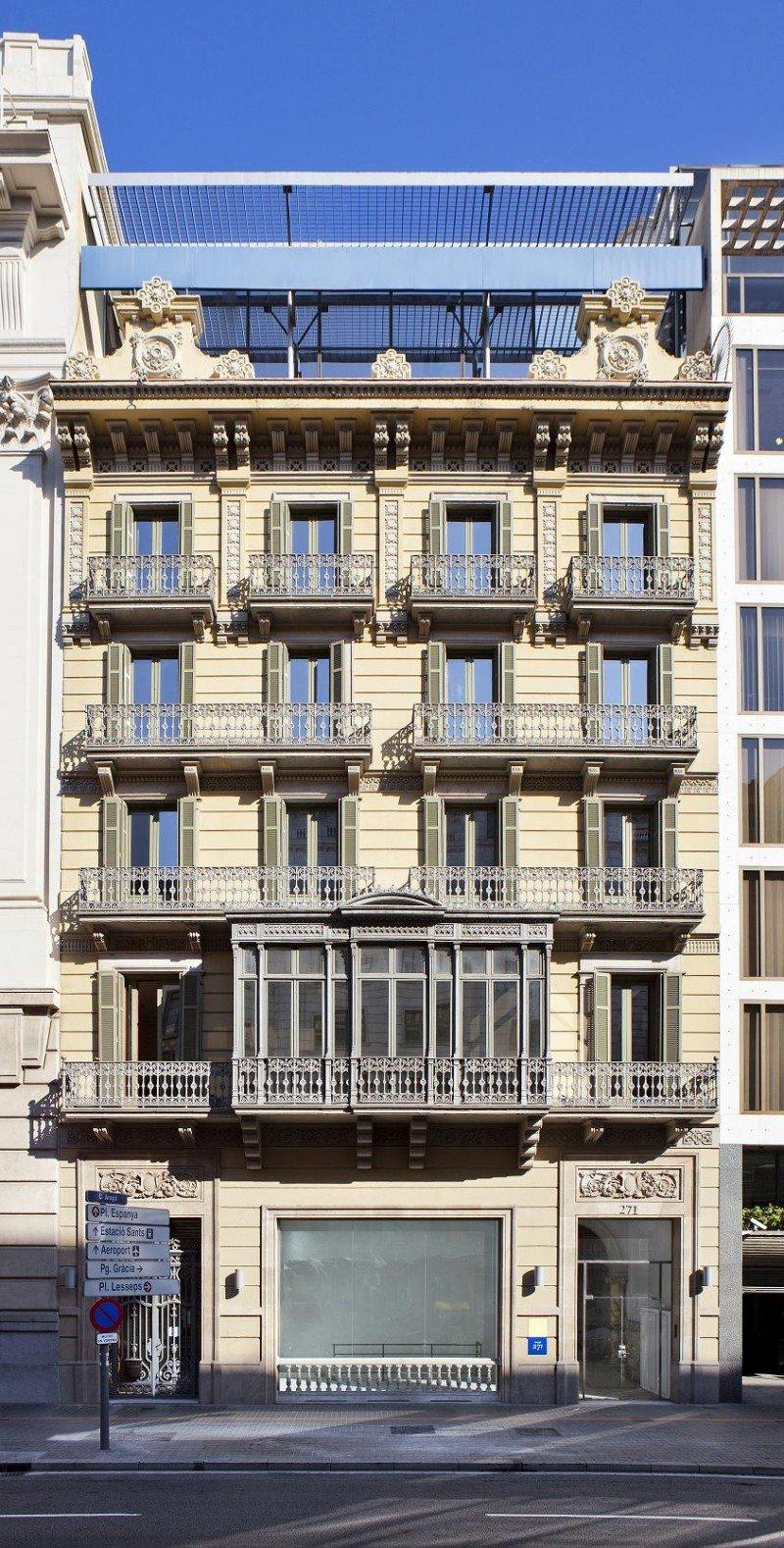 El edificio, construido a principios del siglo XX, mantiene su fachada clásica.