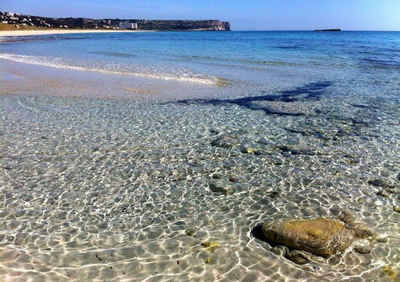Son Bou, en Alaior, la playa más grande de Menorca con casi dos kilómetros y medio de arena dorada. Las playas son también uno de los productos más demandados por el turismo ruso.