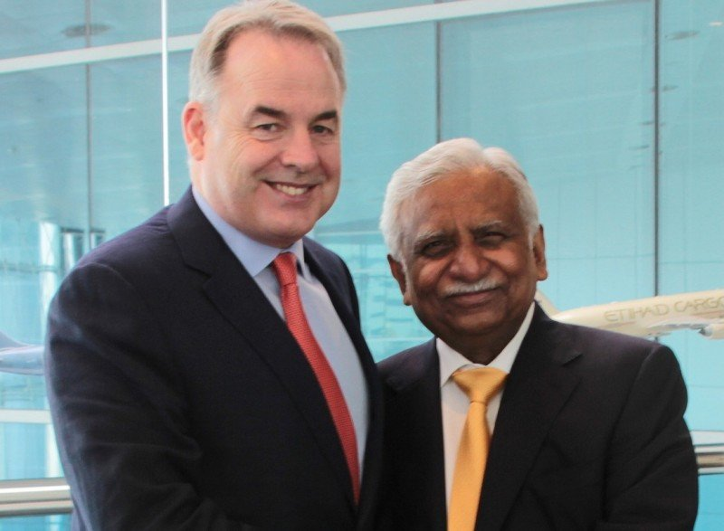 (De Izq. a Da.) el presidente y CEO de Etihad Airways, James Hogan; y el presidente de Jet Airways, Naresh Goyal.
