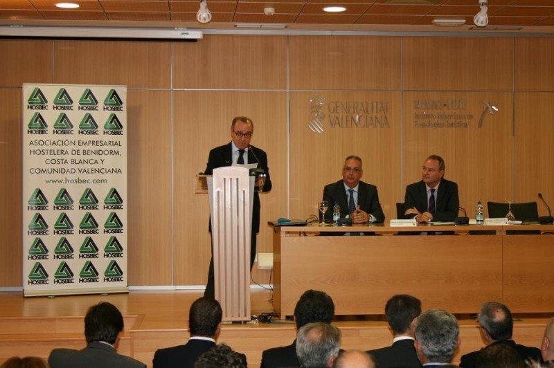 El presidente de HOSBEC, Antonio Mayor, en la presentación del informe anual de la Asociación ante el alcalde de Benidorm y el presidente de la Comunidad Valenciana.