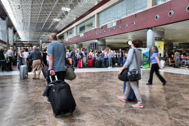 Turistas en el aeropuerto de Tenerife Sur #shu#