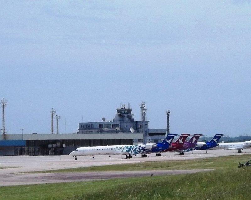 Aviones Bombardier de Pluna en el aeropuerto de Carrasco (archivo)