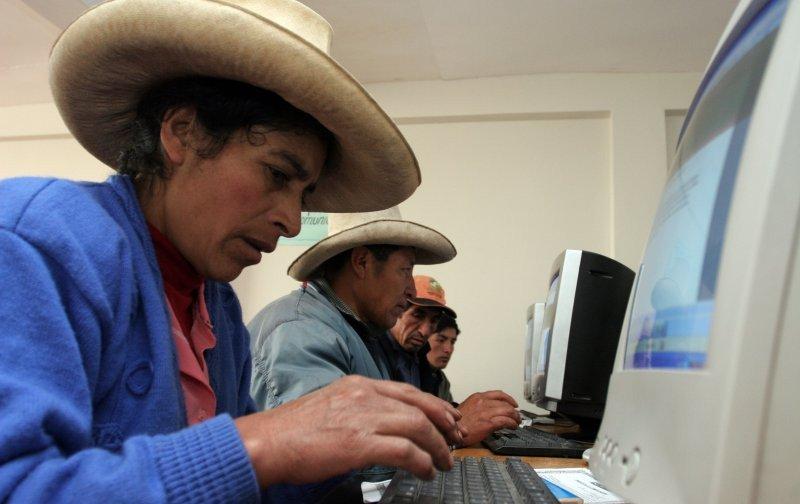 Bajo el porcentaje de peruanos que se conectan desde cabinas públicas.
