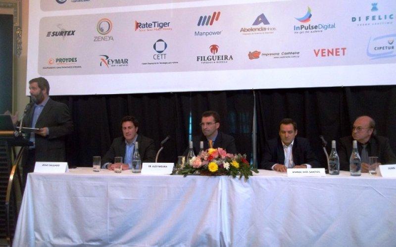 Jesús Salgado modera la mesa: Ricardo Fynn, Alex Moura, Martín Machín y Juan Pepe