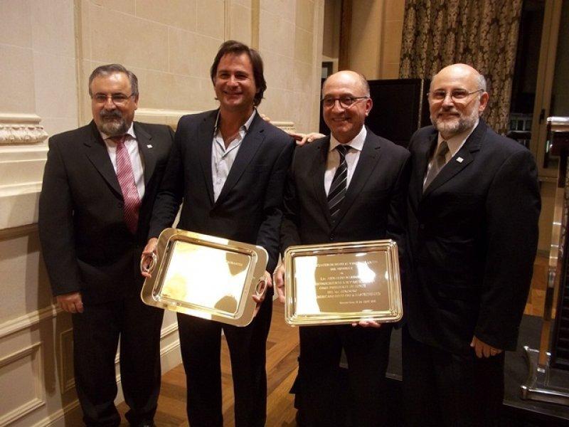 Francisco Rodriguez (AHRU), Guillermo Arcani (Carrasco Nobile), Arnaldo Nardone (ICCA) y Juan Martínez (AHRU) en el cierre del Primer Congreso Iberoamericano Hotelero y Gastronómico