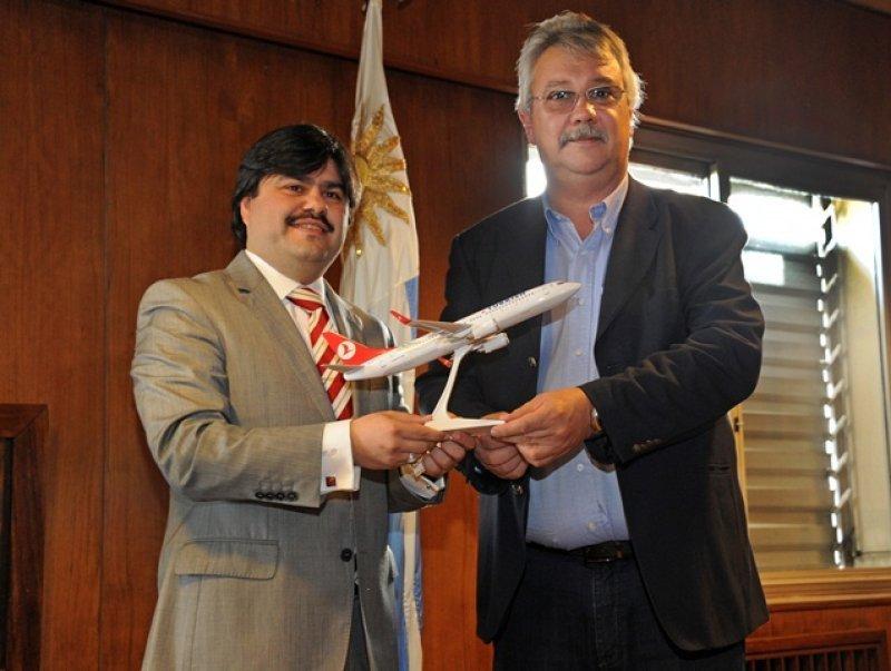 Mustafa Dogan, de Turkish Airlines, y el ministro de Transporte de Uruguay Enrique Pintado