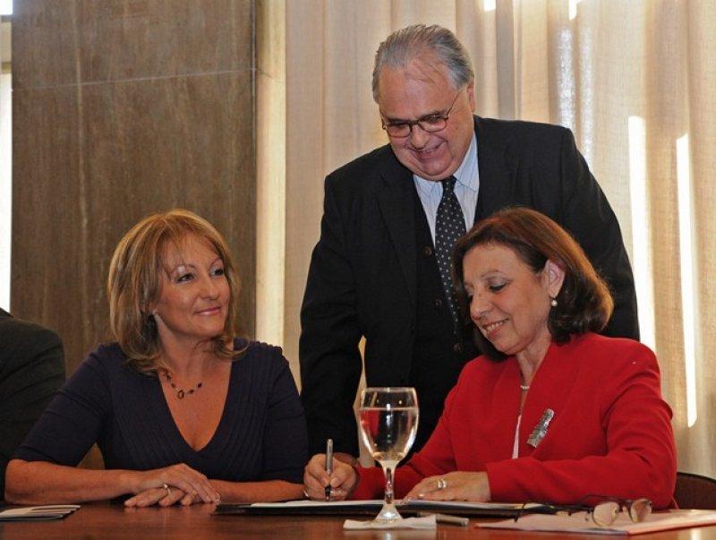 Carolina Cosse (ANTEL) y Ana Olivera (Intendencia de Montevideo) firmaron el acuerdo